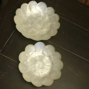 2 decorative dishes